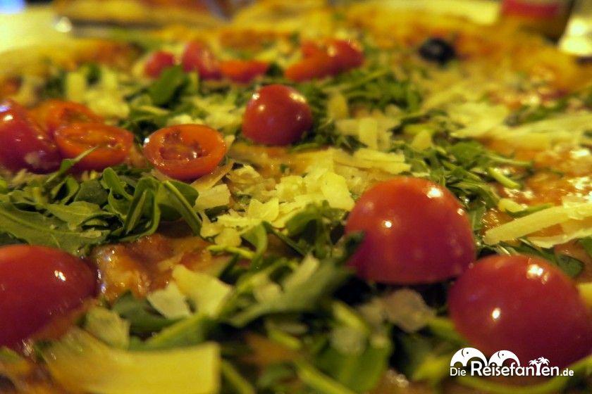 Die Pizza aus der Grotta Marcello in Cagliari auf Sardinien in Nahaufnahme