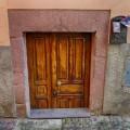Eine Zwergentür in der Stadt Bosa auf Sardinien