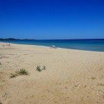 Ein fast menschenleerer Strand im Mai auf Sardinien