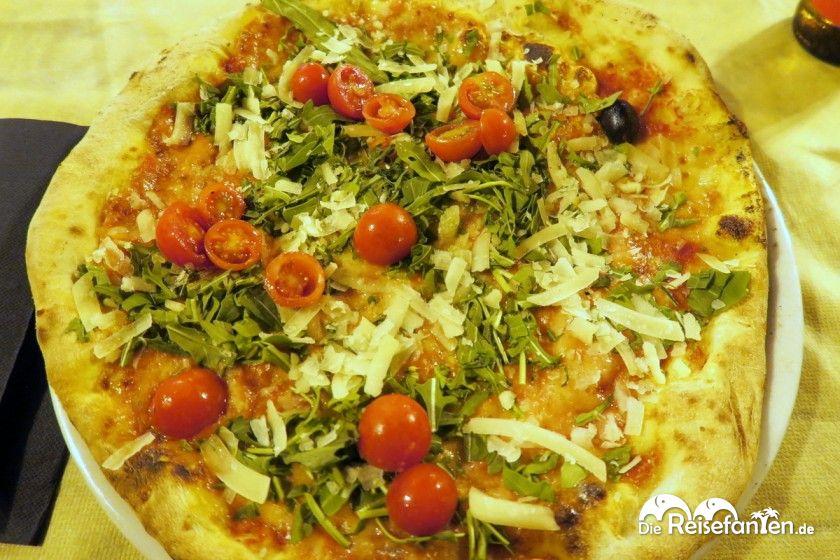 Eine Pizza mit Ruccola und Cherrytomaten bei der Grotta Marcello in Cagliari auf Sardinien