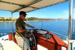 Kapitän Franco auf seiner Blue Rider mit Kurs auf La Maddalena