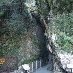 Der untere Eingang zum Wasserfall von Varone am Gardasee