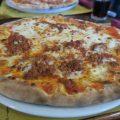 Die-obligatorische-Pizza-Bolognese-im-Al-Torchio-in-Tignale-1