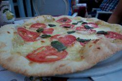 Pizza Mozzarella und Tomate im Restaurant Tovo in Limone