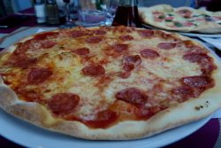 Pizza Salami im Restaurant Tovo in Limone