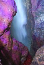 Das stürzende Wasser in bunter Beleuchtung am Wasserfall von Varone am Gardasee