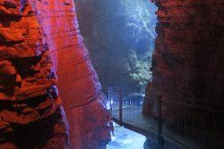 Der untere Teil des Wasserfalls von Varone am Gardasee ist bunt beleuchtet