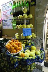 natuerlich-gibt-es-in-limone-sul-garda-auch-zitronen-zu-kaufen