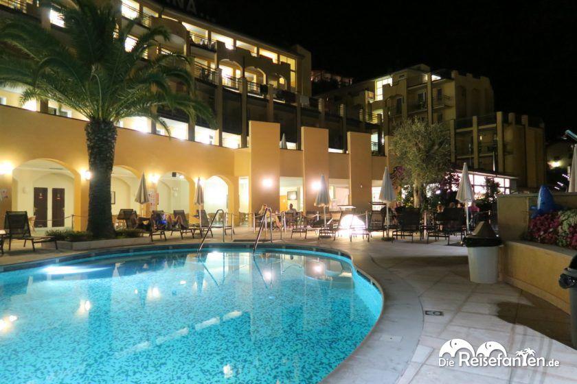 Das Hotel San Pietro bei Nacht