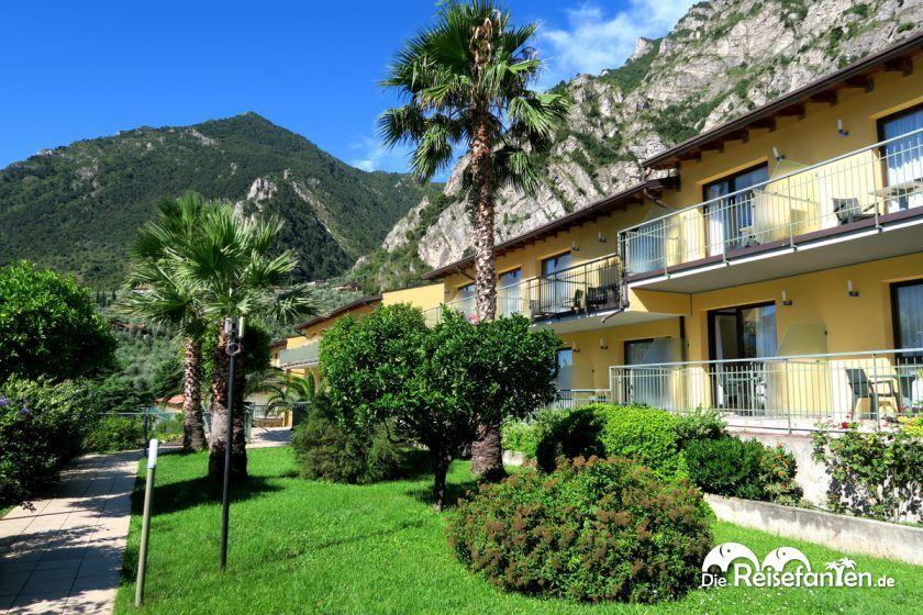 Schön gestaltete Grünflächen in der kompletten Hotelanlage