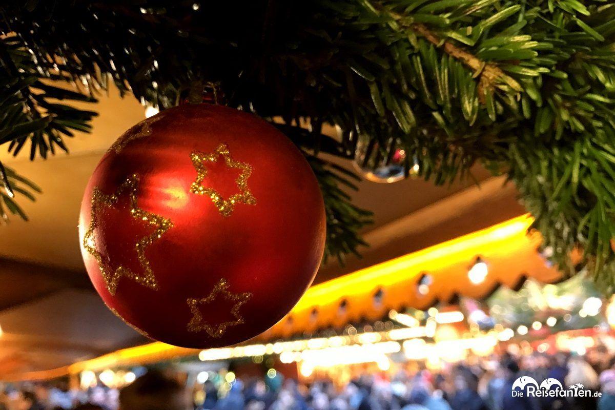 Eine Christbaumkugel auf dem Weihnachtsmarkt in Hannover