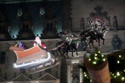 Der Weihnachtsmann auf dem Seil auf dem Weihnachtsmarkt in Hambur