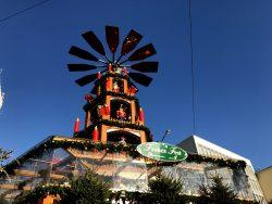 Die große Weihnachtspyramide am Weihnachtsmarkt in Hannover