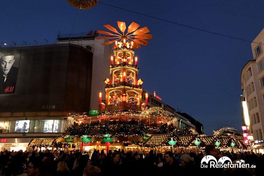 Die Weihnachtspyramide auf dem Weihnachtsmarkt in Hannover bei Nacht