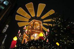 Große Weihnachtspyramide auf dem Weihnachtsmarkt in Hambur