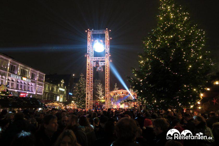 Hell erleuchtete Discokugel auf dem Santa Pauli Weihnachtsmarkt in Hambur