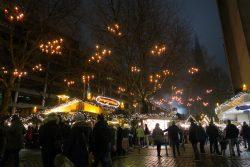 Kerzen in den Bäumen auf dem Weihnachtsmarkt in Hambur