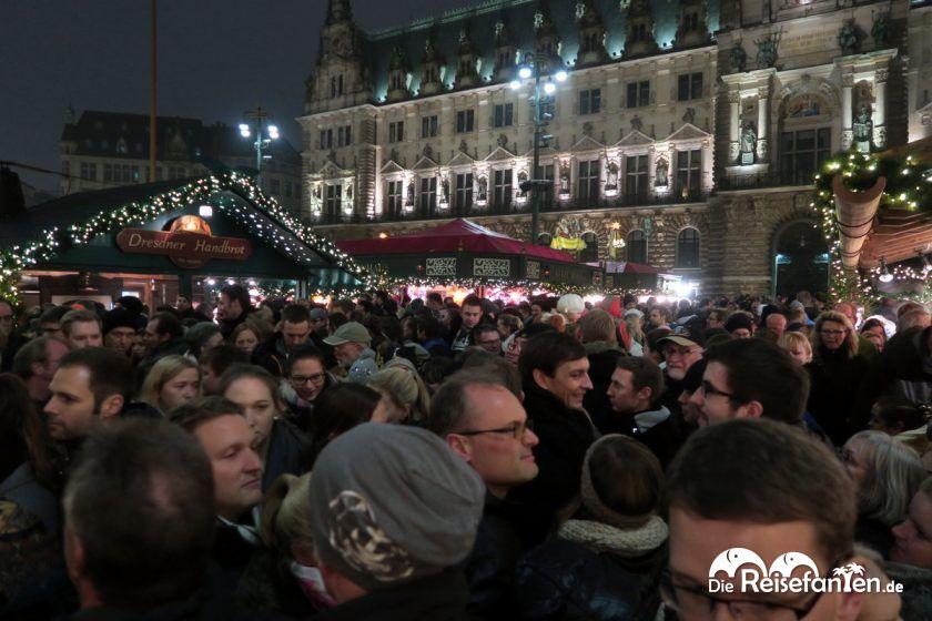 Volle Gänge auf dem Weihnachtsmarkt in Hambur