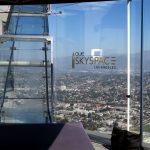 Die Skyslide von unten gesehen im OUE Skyspace in Los Angeles