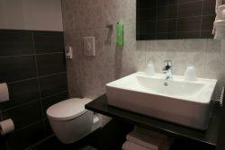 Modernes Badezimmer im Kedi Hotel Papenbur