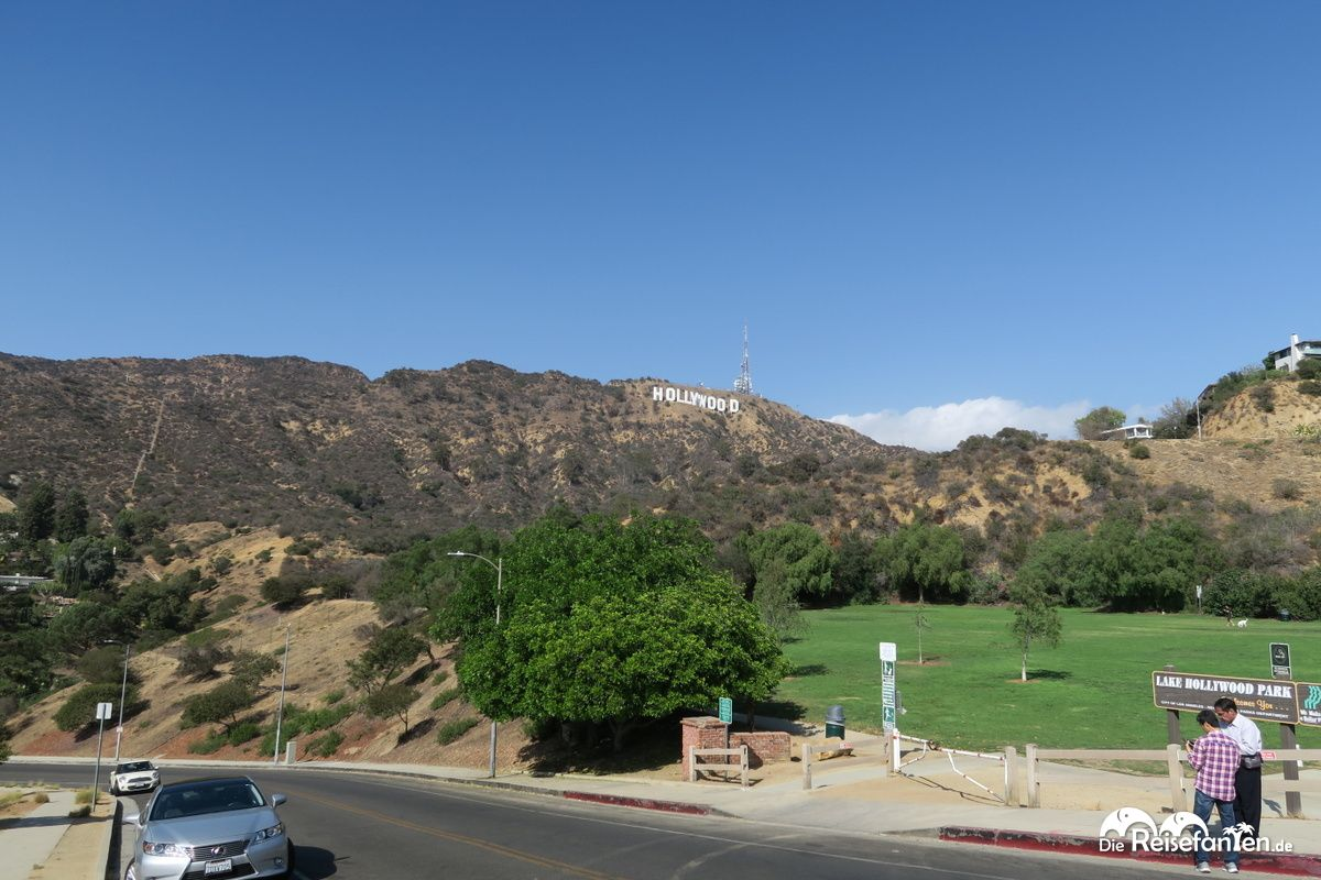 Das Hollywood Sign in Los Angeles vom Lake Hollywood Park aus gesehen