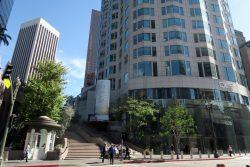 Erdgeschoss und Schild des OUE Skyspace in Los Angeles