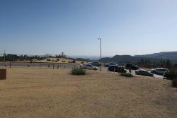 Parkplätze an der Straße in der Nähe des Hollywood Sign in Los Angeles