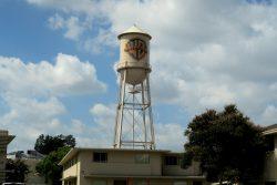 Aus allen Warner Bros. Produktionen bekannt der Warner Bros Wasserturm