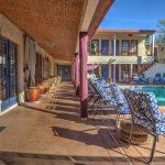 Der sonnige Poolbereich im El Morocco Inn Spa