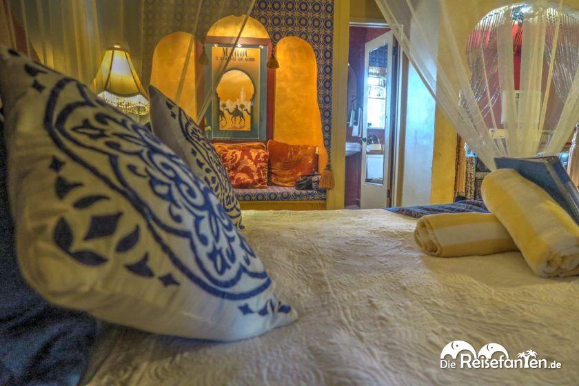 Selbst die Kopfkissen sind schön verziert im El Morocco Inn Spa