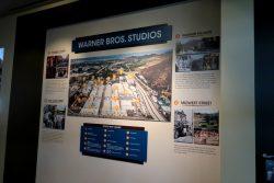 Viele Informationstafeln geben Wissenswertes zu den Warner Bros. Studios wieder