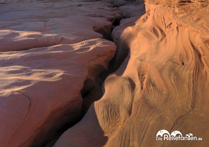 Anhand des Felsspalts ist die Länge des Lower Antelope Canyon erkennbar