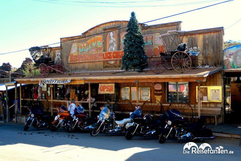 Ein alter Saloon in Oatman in Arizona