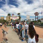Lange Schlange für ein Foto mit dem Las Vegas Sign
