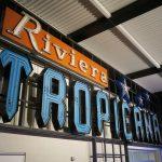 Leuchtreklame vom Riviera Tropicana im Neon Museum in Las Vegas