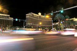 Das Bellagio in Las Vegas von der anderen Straßenseite aus gesehen