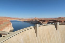 Der Glen Canyon Dam in Arizona staut den Lake Powell