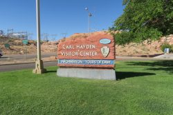 Schild des Carl Hayden Visitor Centers am Glen Canyon Dam in Arizona