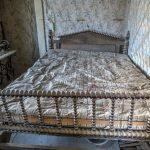 Bett mit Münzen in der Geisterstadt Bodie