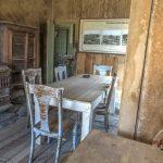Blick in ein altes Haus in der Geisterstadt Bodie