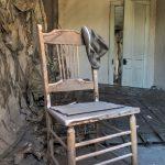 Der Hut hängt noch am Stuhl in der Geisterstadt Bodie