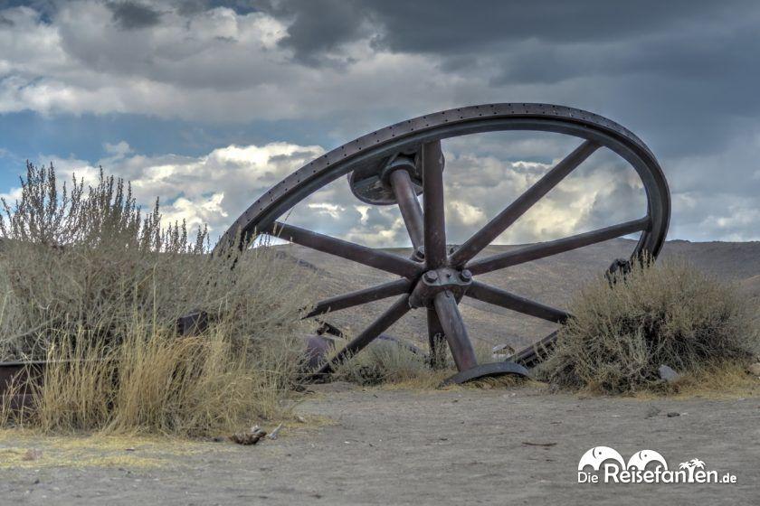Ein altes Rad in der Geisterstadt Bodie