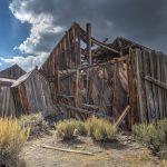 Ein eingestürztes Haus in der Geisterstadt Bodie