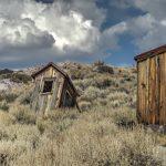 Ein einsames Toilettenhäuschen in der Geisterstadt Bodie