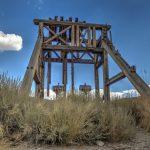 Noch stehende Teile des Förderturms in der Geisterstadt Bodie