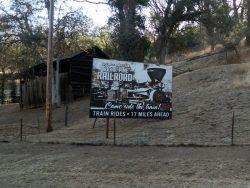Ein Schild an der Straße weist schon auf die Yosemite Mountain Sugar Pine Railroad hin