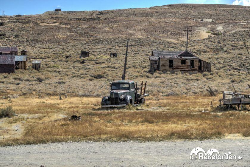 Verlassene Häuser und Autos in der Geisterstadt Bodie