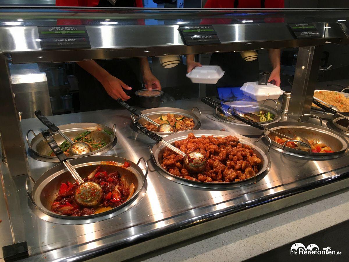 Große Auswahl von asiatischen Speisen bei Panda Express