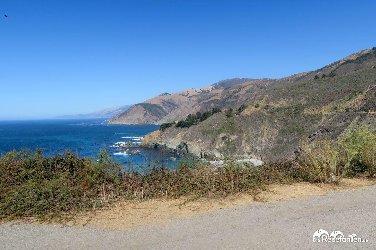 Die California State Route 1 verläuft am Pazifik