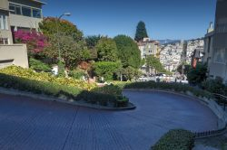 Gefälle an der Lombard Street in San Francisco